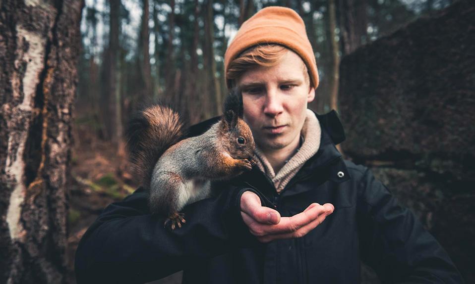konsta-punkka-feeding-a-squirrel